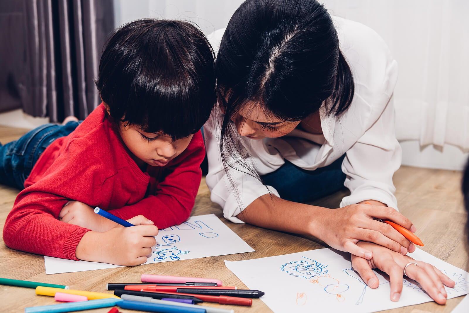Madre e hijo dibujando para ver la evolución de la expresión gráfica del pequeño.