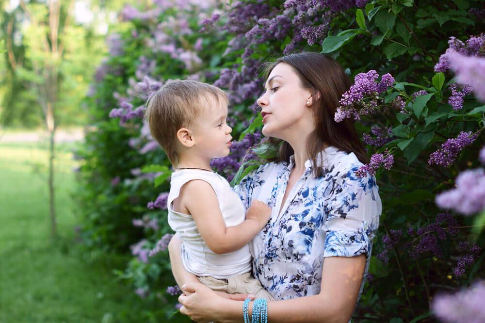 Mamá hablando con su bebé para su desarrollo cognitivo.