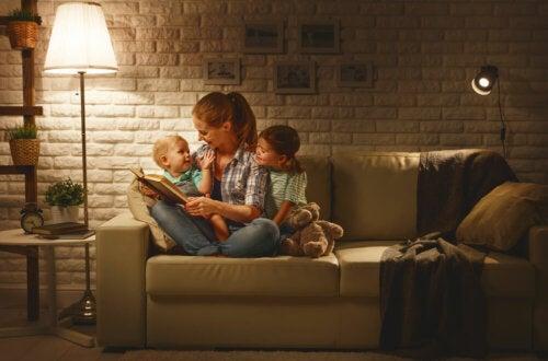 Mamá leyendo a sus hijos algunos de los cuentos más famosos de los hermanos Grimm.