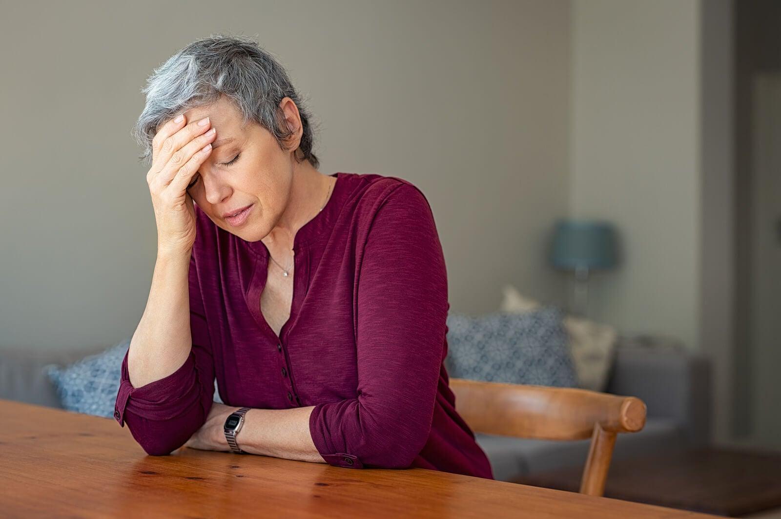 Mujer con estrés y con dificultades para concentrarse.