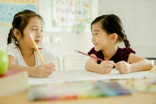 Niñas aprendiendo a leer y escribir según Montessori.