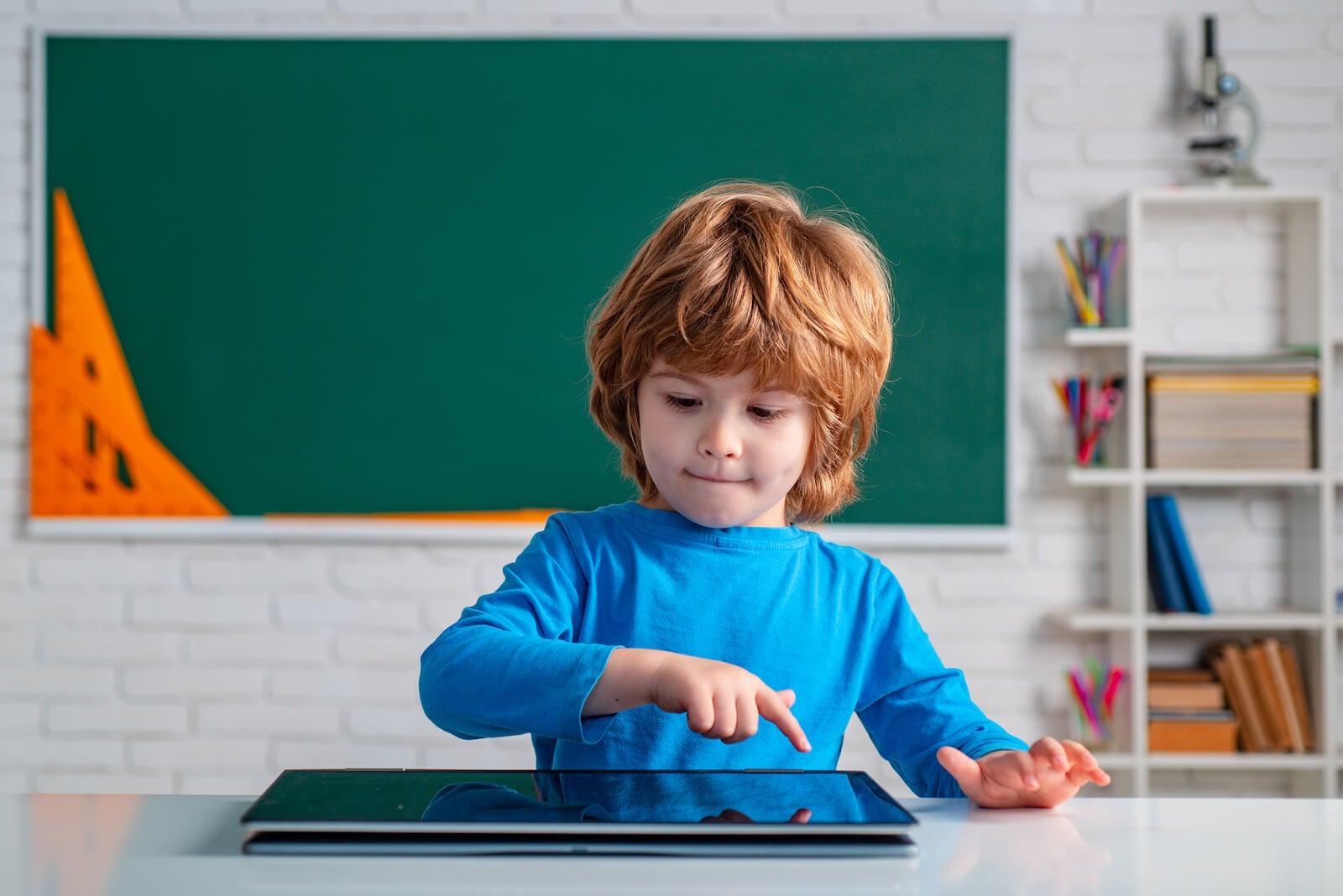 Niño en clase de Infantil desarrollando el pensamiento computacional.