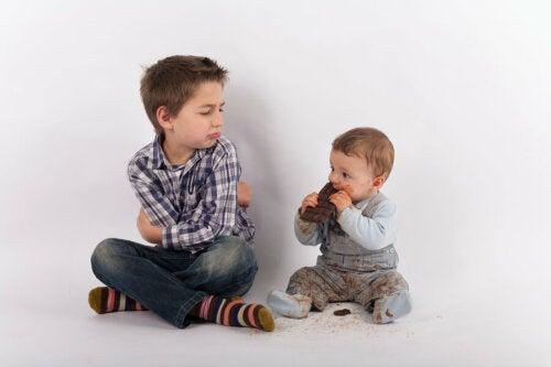 Niño sintiendo celos de su hermano y presentando cambios de comportamiento.