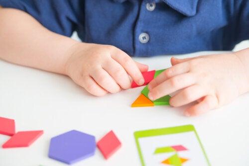 Niño haciendo figuras con el Tangram.