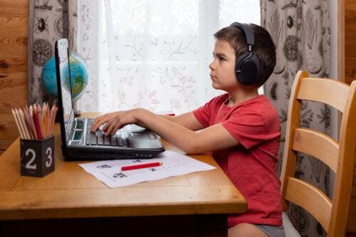 Niño con el ordenador aprendiendo mecanografía.