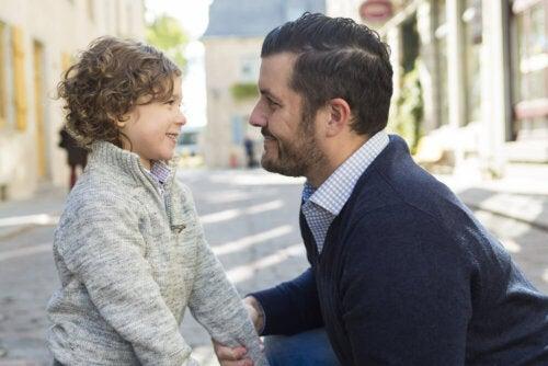 Padre hablando con su hijo en la calle.