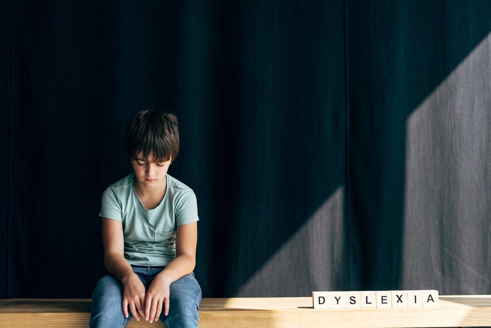 Niño con el que hay que trabajar la dislexia en el aula de forma inclusiva.