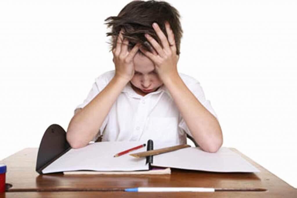 Niño con dislexia frustrado en clase.