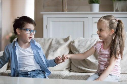 Niños pidiéndose perdón.