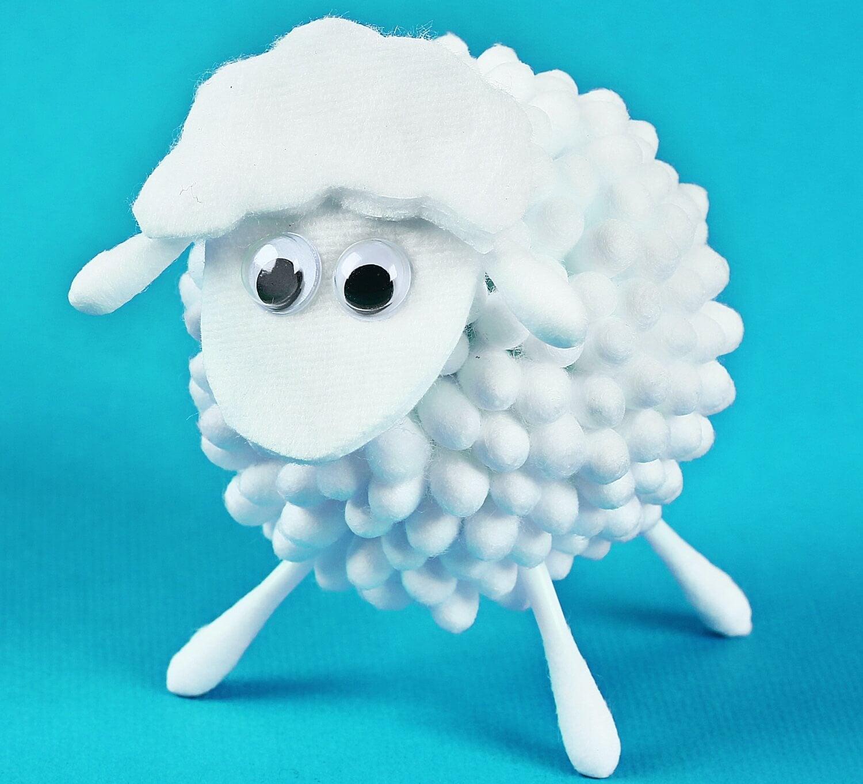 Oveja hecha de algodón, uno de los proyectos divertidos para hacer con los niños.