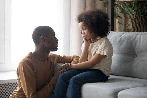Padre hablando con su hija sobre cómo afrontar la pérdida de un amigo.