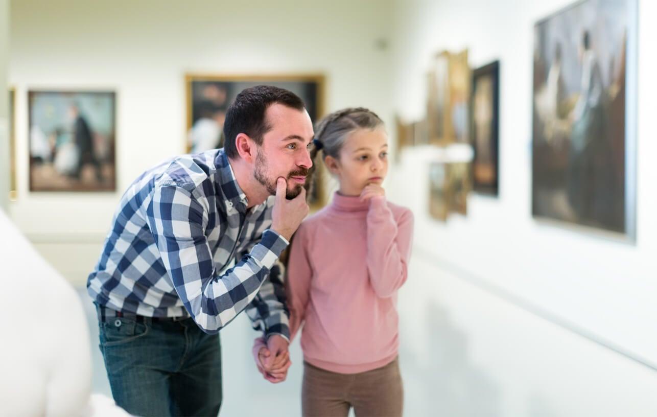 Padre e hija visitando un museo durante la Semana Internacional de la Educación Artística.