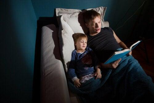 Padre e hijo leyendo cuentos de los hermanos Grimm.