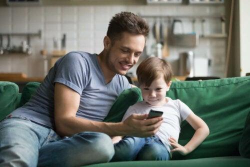 Padre e hijo usando algunas de las apps infantiles para aprender geografía.