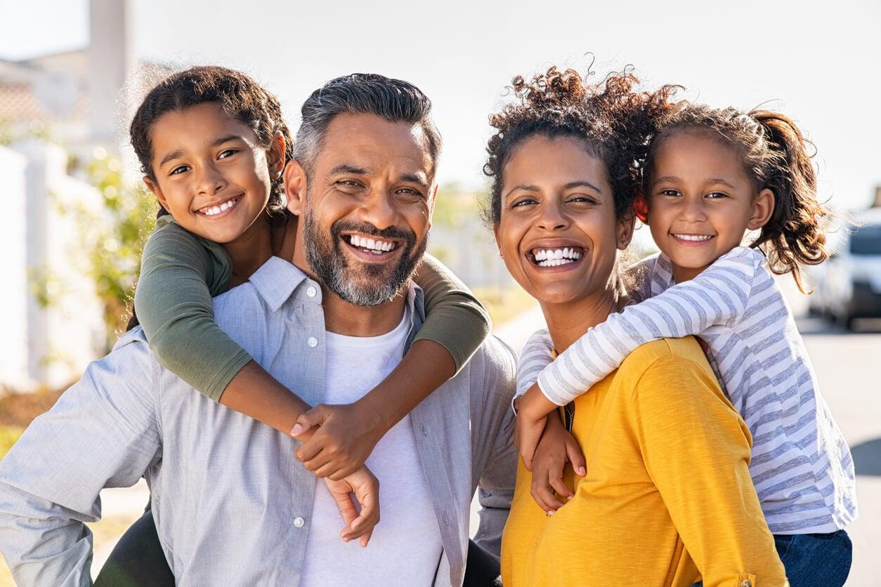 Padres celebrando con sus hijos el Día Mundial de las Madres y los Padres.