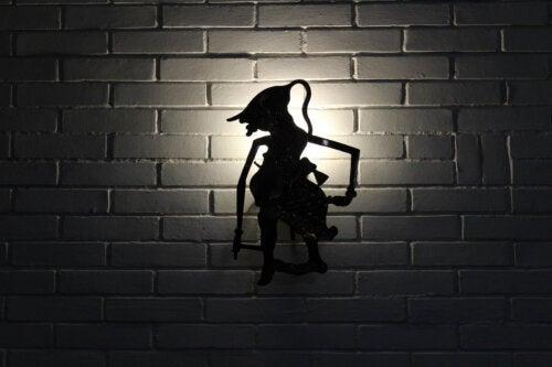 Silueta de una bruja para el teatro de sombras en casa.