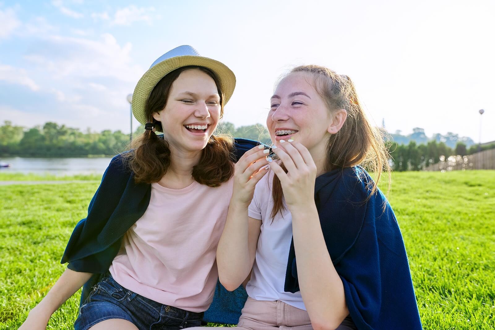 Amigas adolescentes hablando sobre su futuro.