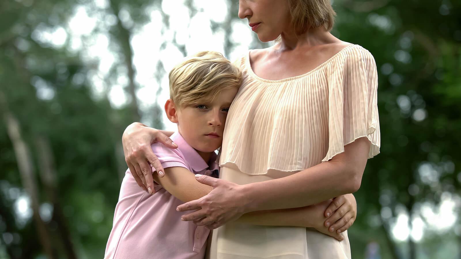 Hijo abraza a su madre para mostrar síntomas internalizantes y externalizantes.