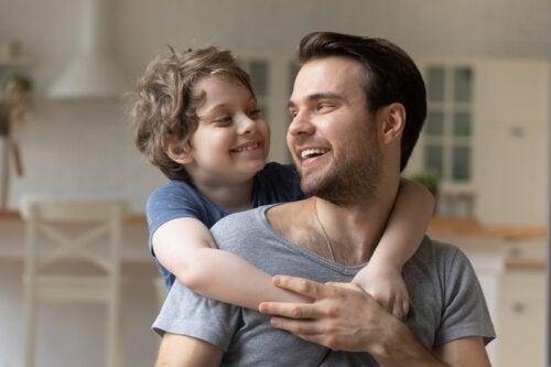 Niño dando las gracias a su padre con un abrazo gracias a su presencia durante su crianza.
