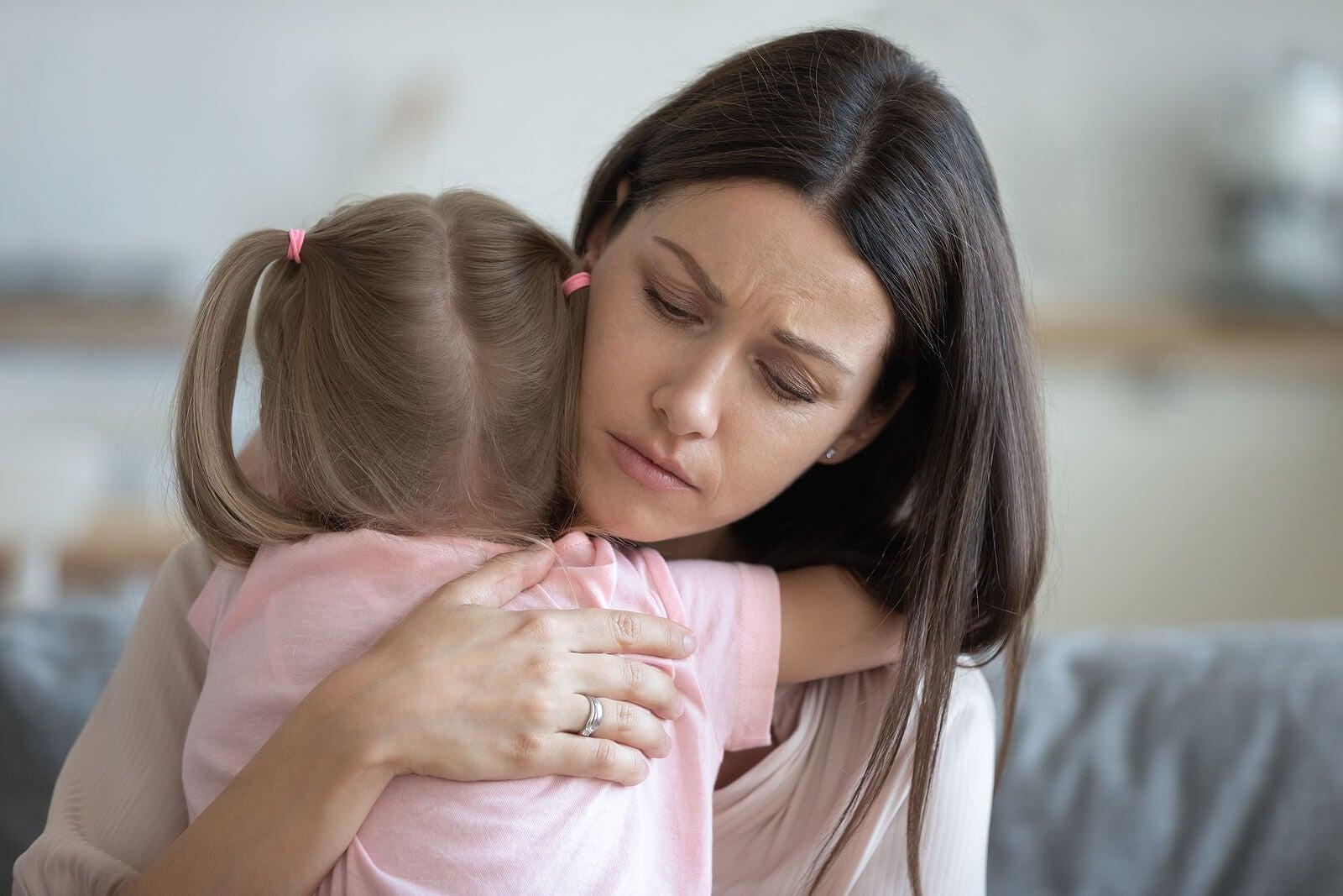 Hija abrazando a su madre par aliviar su ansiedad a causa de la parentificación.