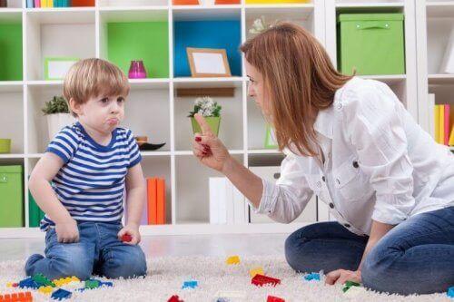 Mamá poniendo límites para éviter los errores más frecuentes en su desarrollo.
