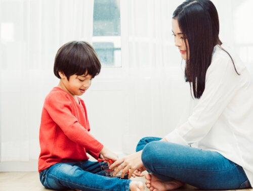 Madre e hijo jugando y aprendiendo.