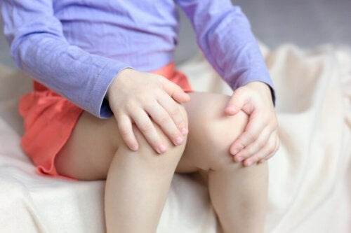Niña con dolor de cadera y rodillas.
