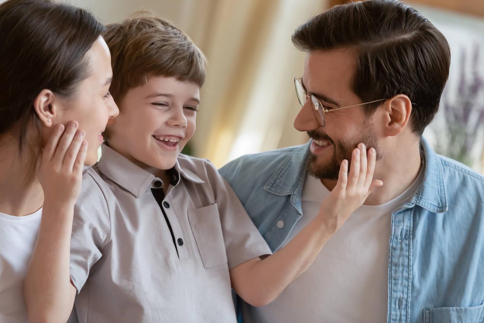 Padre siguiendo las pautas para criar a un niño amable.