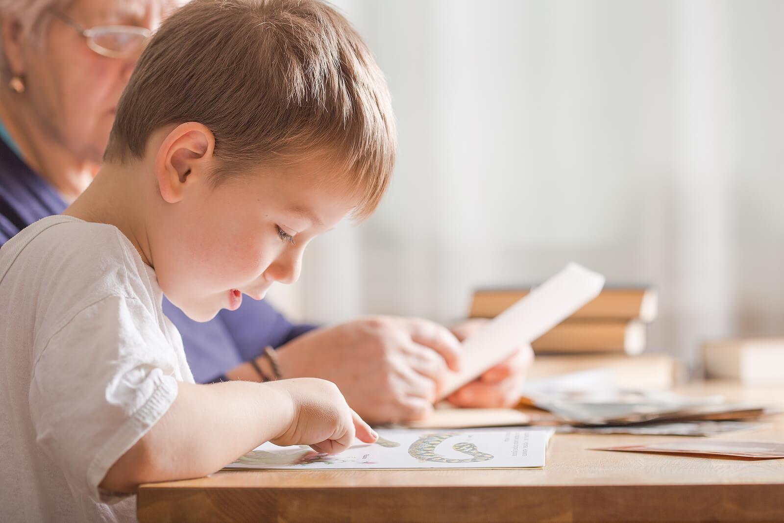 Niño aprendiendo a leer gracias a los métodos de enseñanza de la lectoescritura.