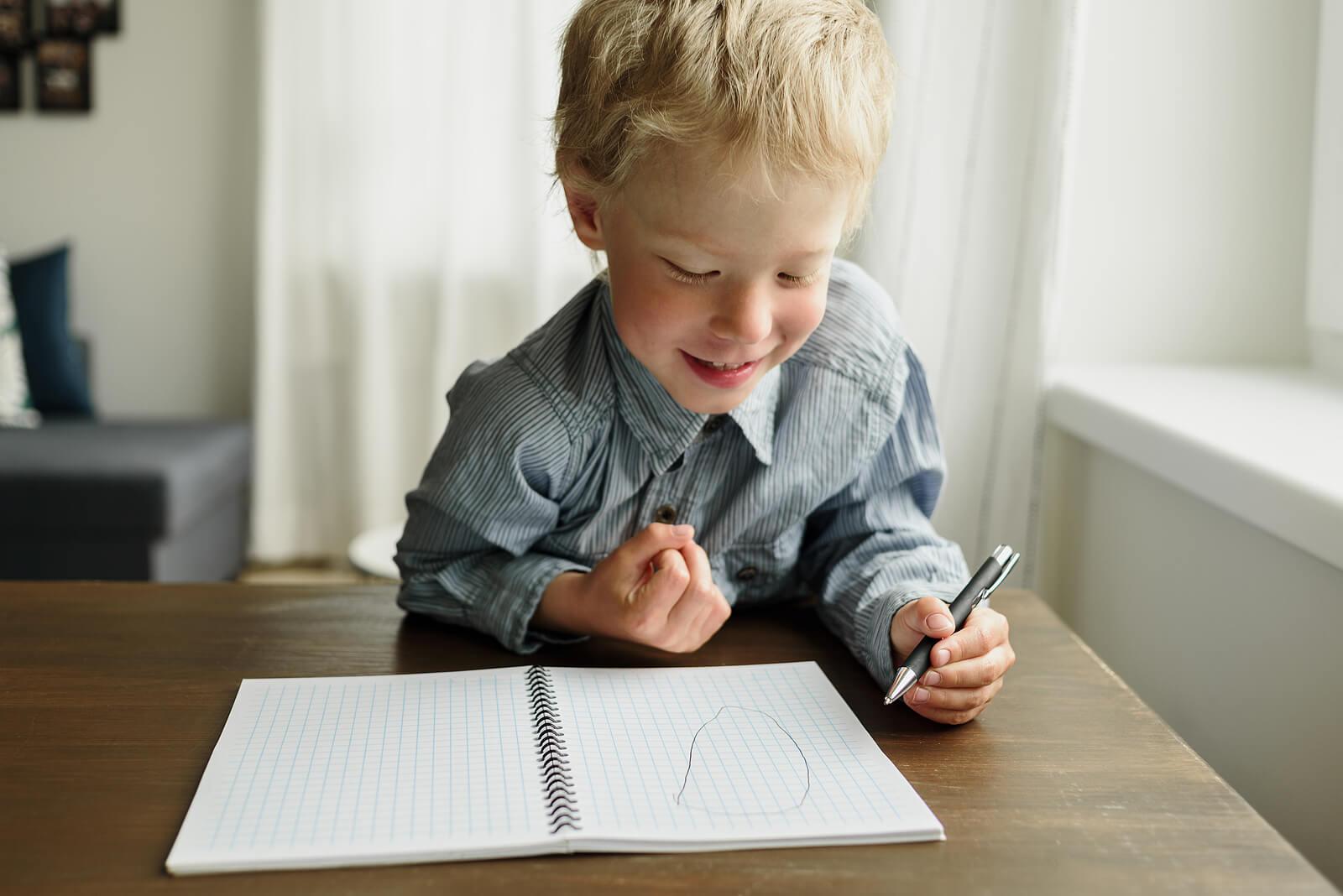 Niño escribiendo con la mano izquierda.