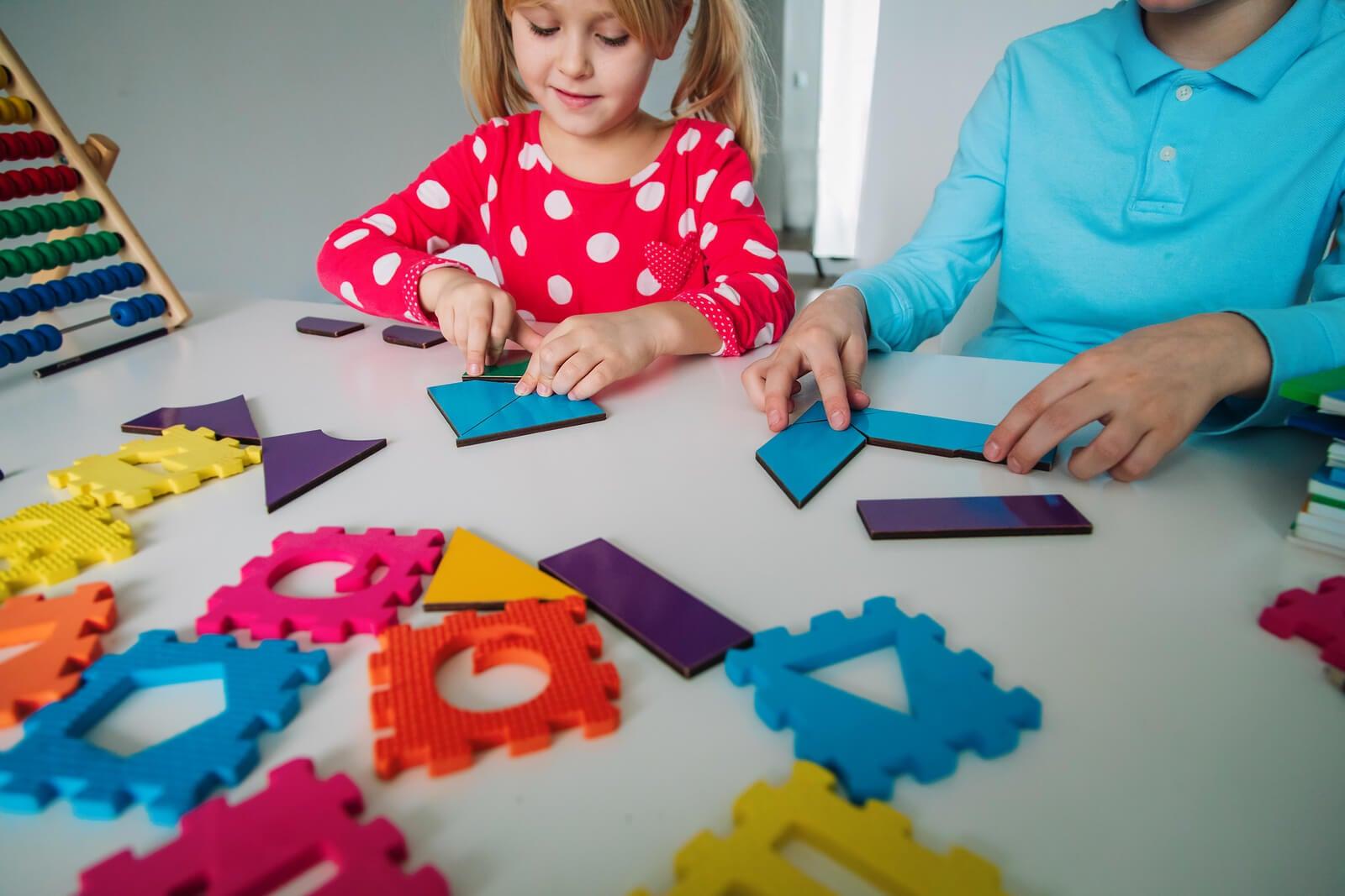 Niños aprendiendo habilidades matemáticas jugando.