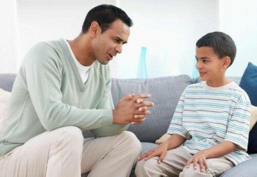 Padre hablando con su hijo sobre la ausencia de valores, un problema en los niños de hoy en día.