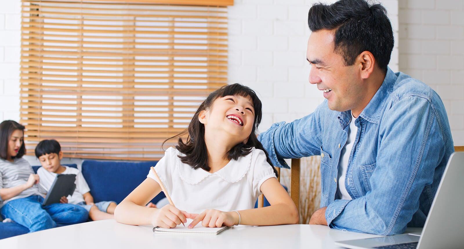 Padres poniendo en práctica estrategias para fomentar una mente abierta en sus hijos.