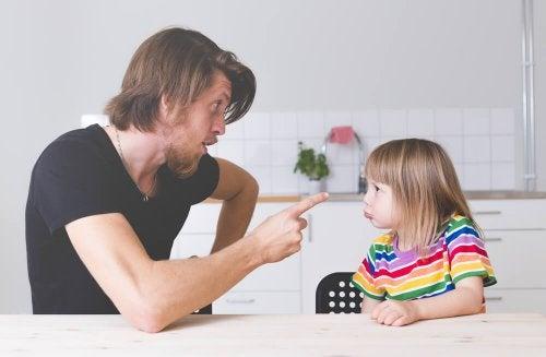 Papá poniendo normas y límites a su hija.
