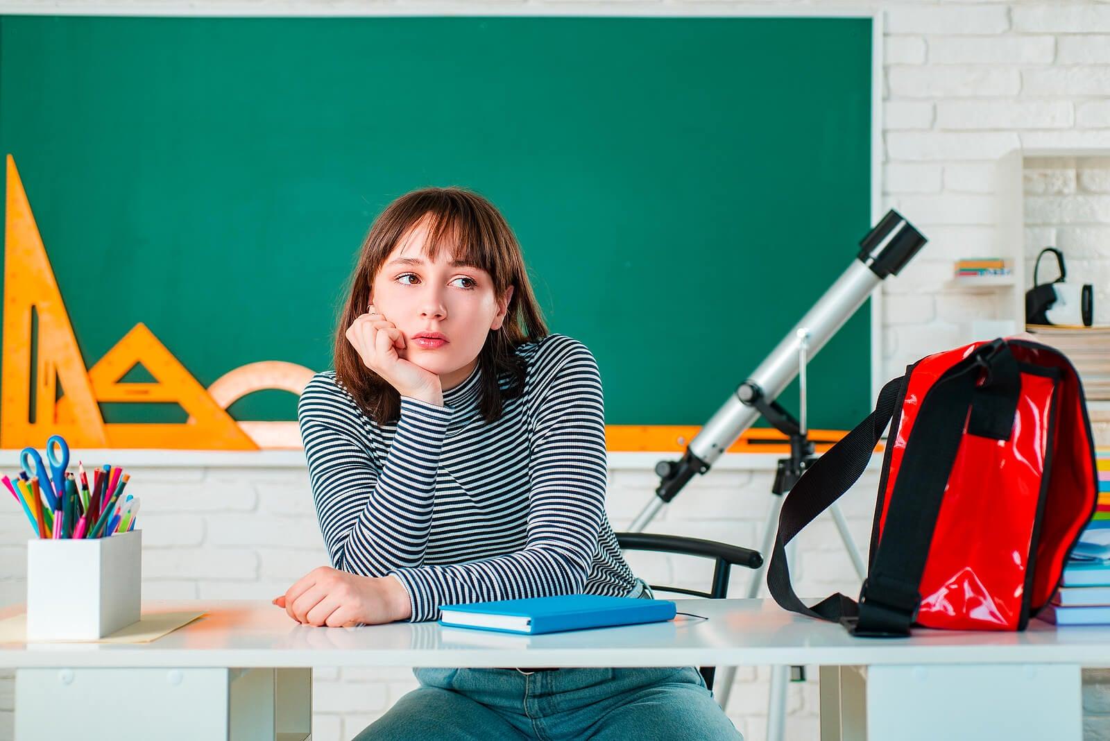 Chica adolescente pensando en cómo elegir sus estudios.