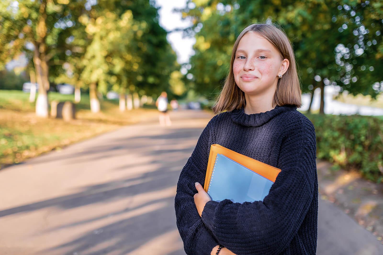Chica contenta con la ayuda recibida por sus padres para elegir los estudios.