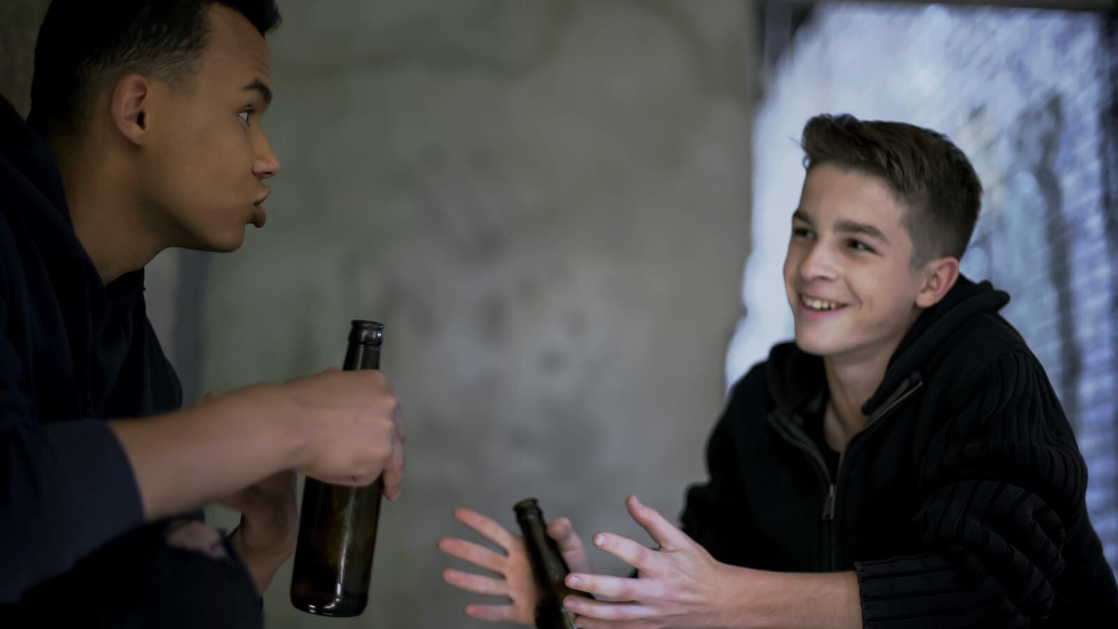 Adolescentes bebiendo alcohol debido a la deseabilidad social.