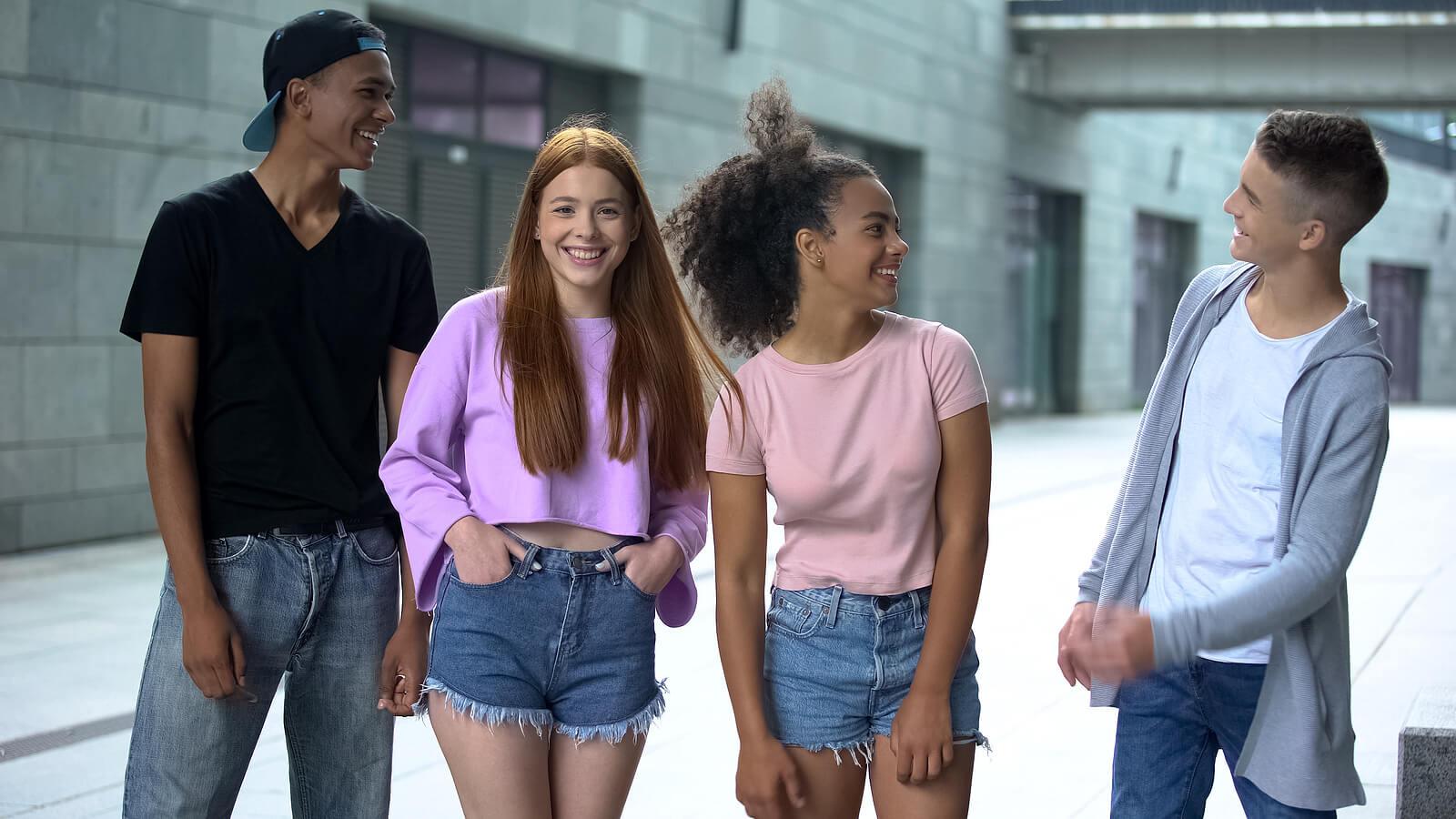 Amigos adolescentes dando un paseo hablando sobre las creencias erróneas sobre la adolescencia.