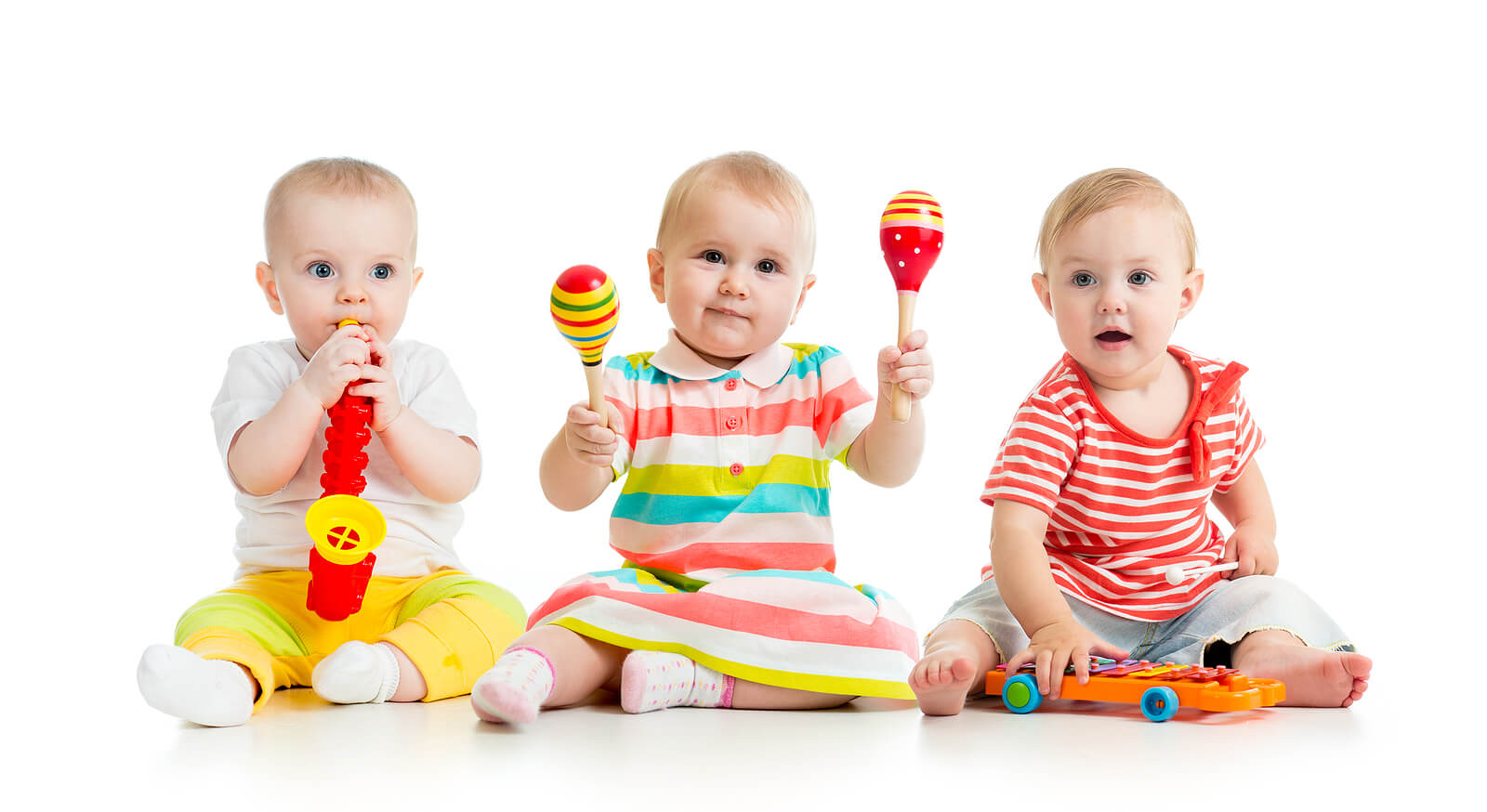 Bebés jugando con objetos musicales.