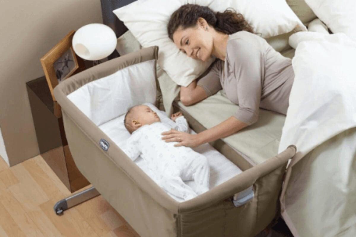 Bebé durmiendo con su padres gracias a la cama colecho.