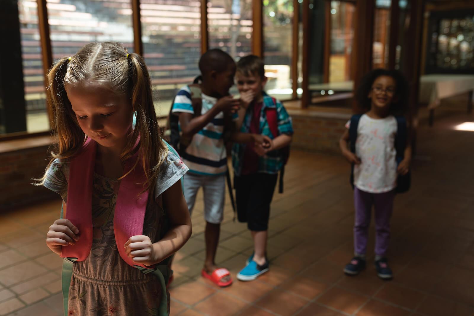 Alumnos haciendo bullying a una compañera a la que le han puesto un apodo y que sufre fobia escolar.