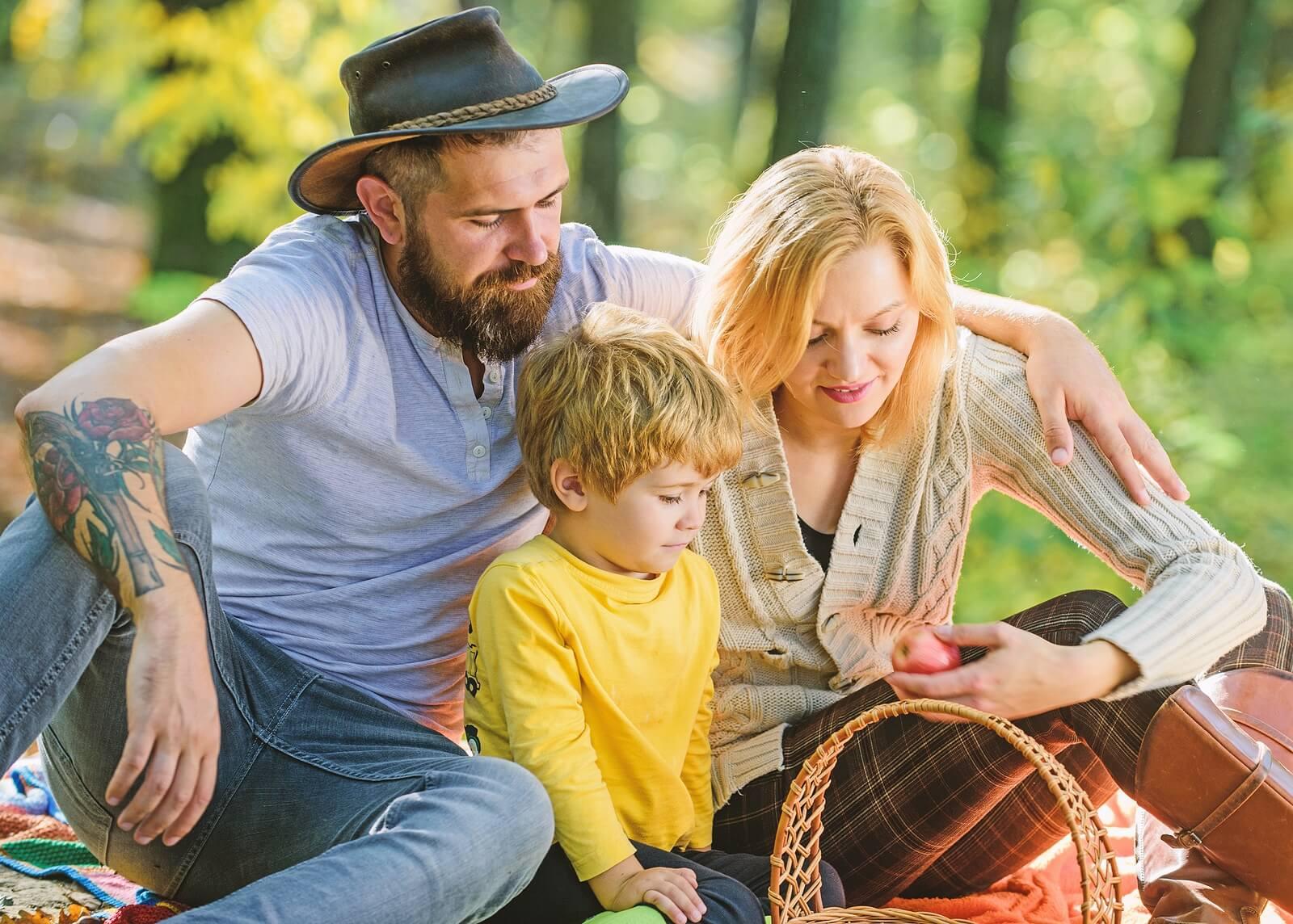 Familia con una cesta de comida durante una excursión.