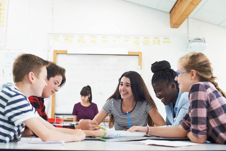 Alumnos trabajando por grupos en clase para poner en práctica la técnica del rompecabezas.