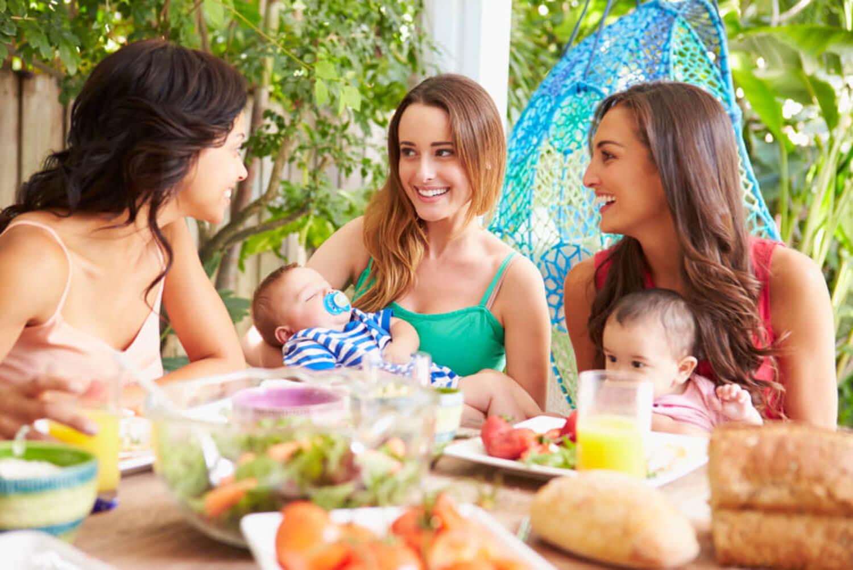 Grupo de amigas de comida junto a sus hijos.