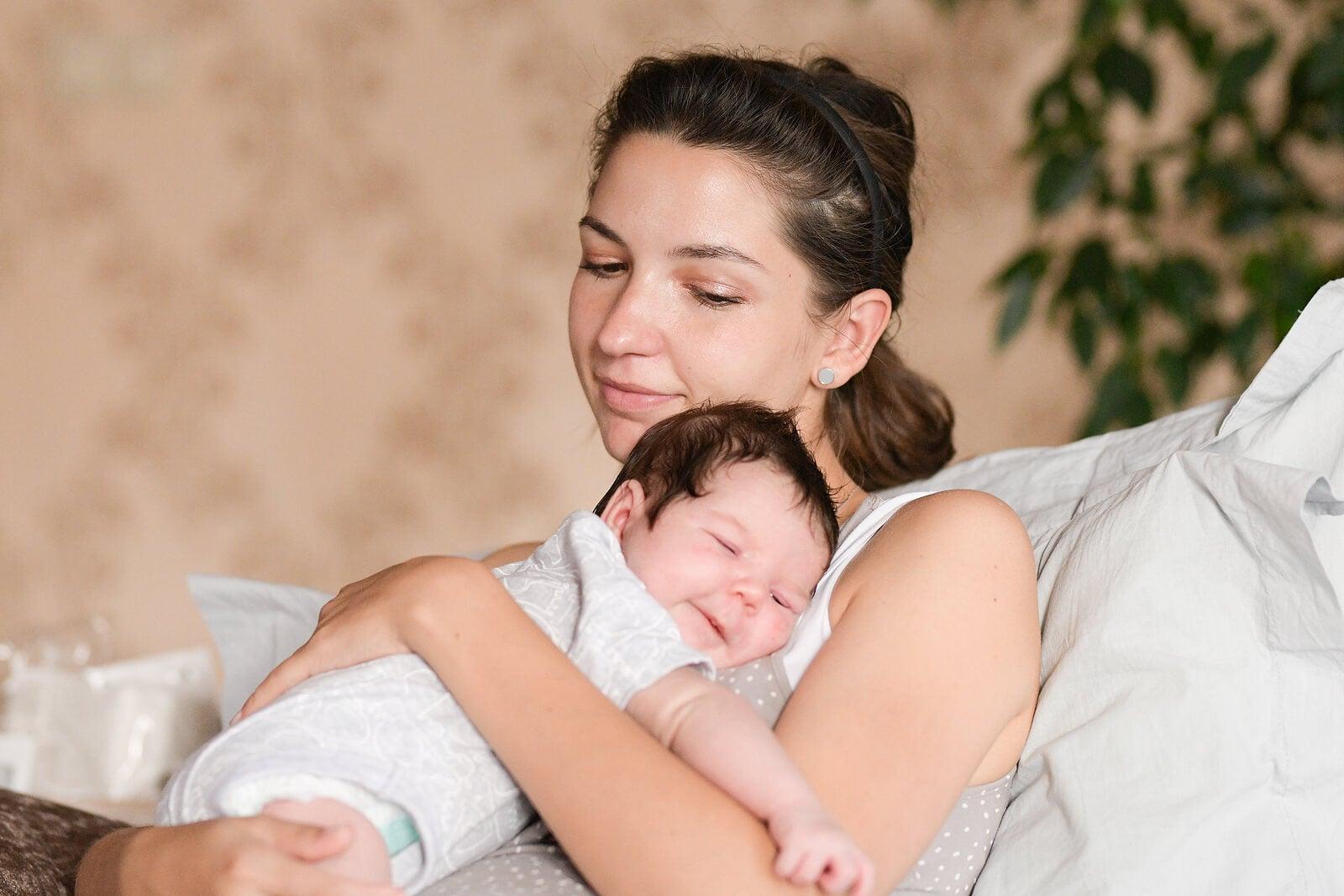 Madre dando un abrazo a su recién nacido para conectar con su bebé.