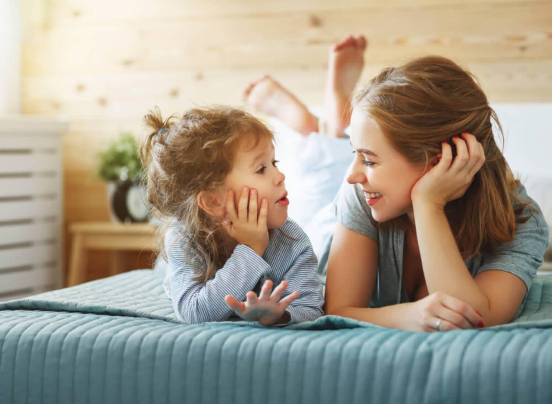 Madre teniendo una conversación con su niña y aprendiendo a hablar para que su hijo piense.