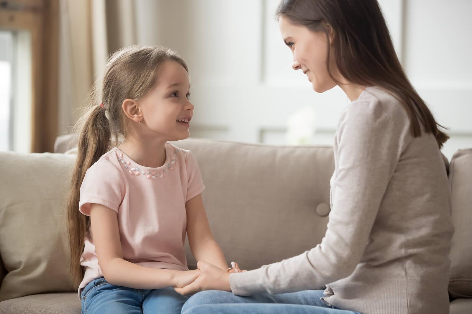 Madre utilizando la técnica de las tres llamadas de atención con su hija.