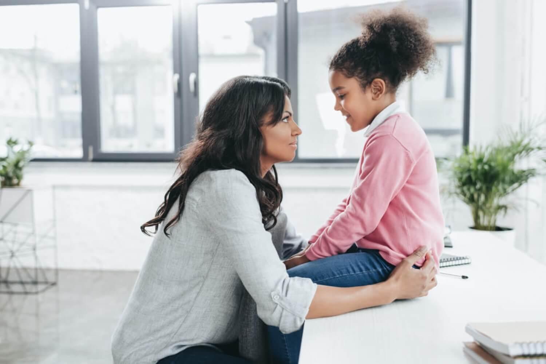 Madre e hija hablando para que poner límites.
