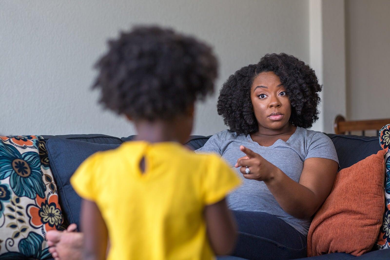 Madre utilizando la técnica de las 3 llamadas de atención con su hija para que haga caso.