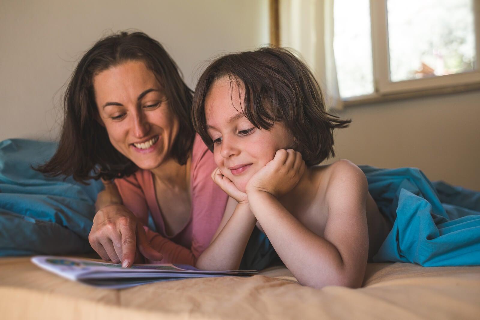 Madre leyendo un libro a su hijo para fomentar el desarrollo de su pensamiento crítico.